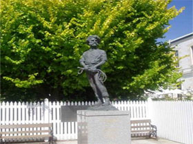 Alexander Cameron Statue - Accommodation Georgetown